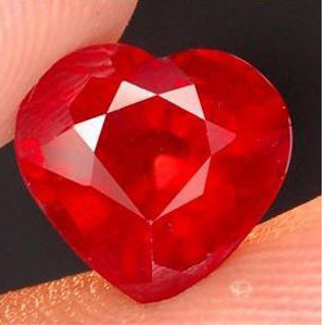 2.12 Ct. Rubis de Madagascar coeur couper VS-Si